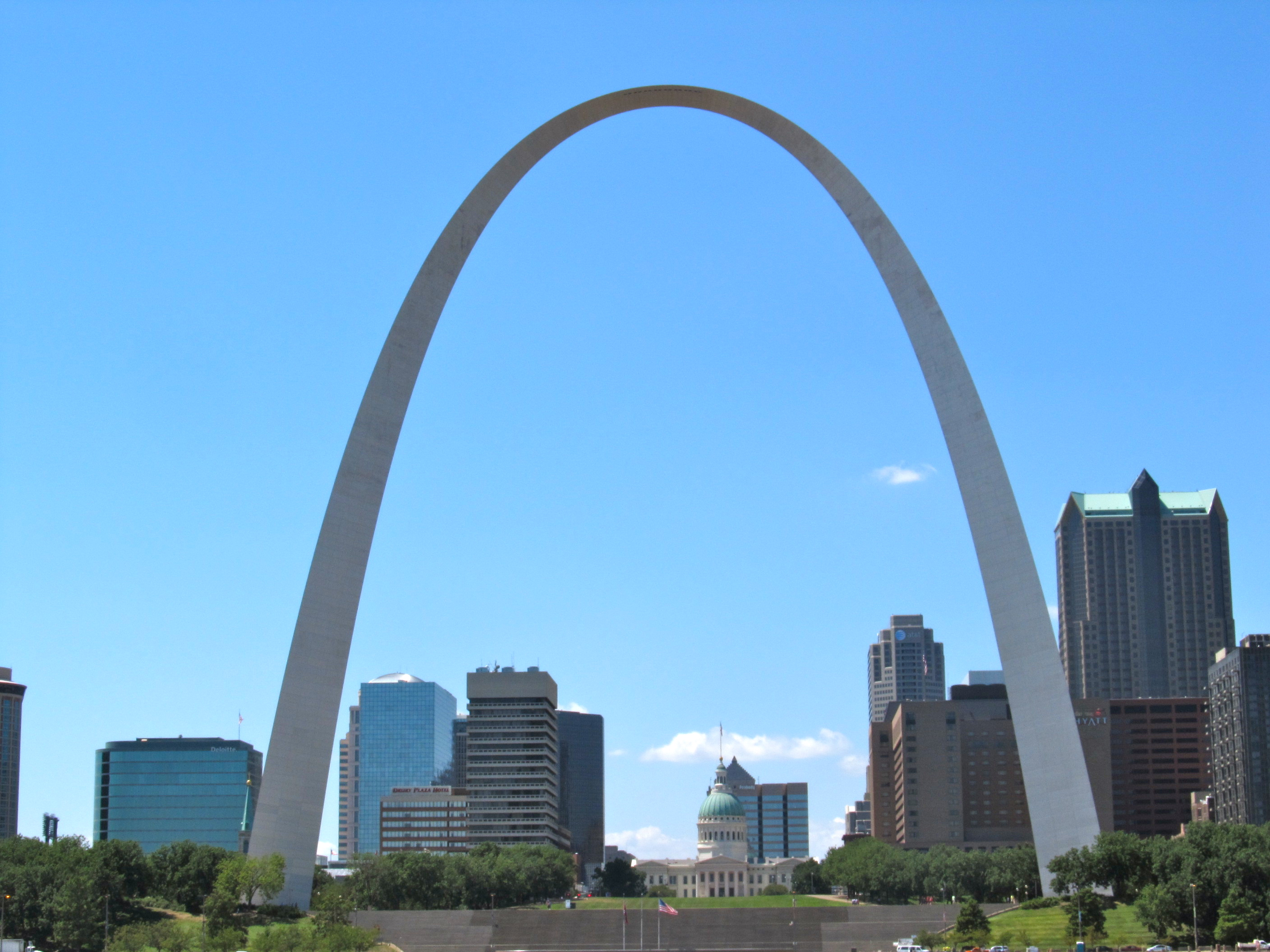 gateway arch This massive but graceful stainless steel national monument towers 630 feet above the city of st louis and the mississippi river the arch.
